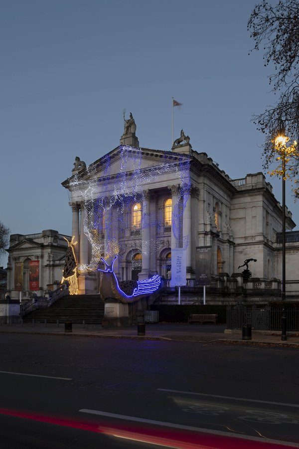 Giant Leopard Slugs Invaded the Tate Britain Famous Art Gallery